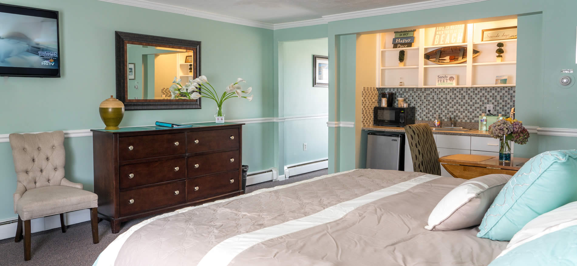 nantasket beach hotel guest room with bed, table, kitchenette