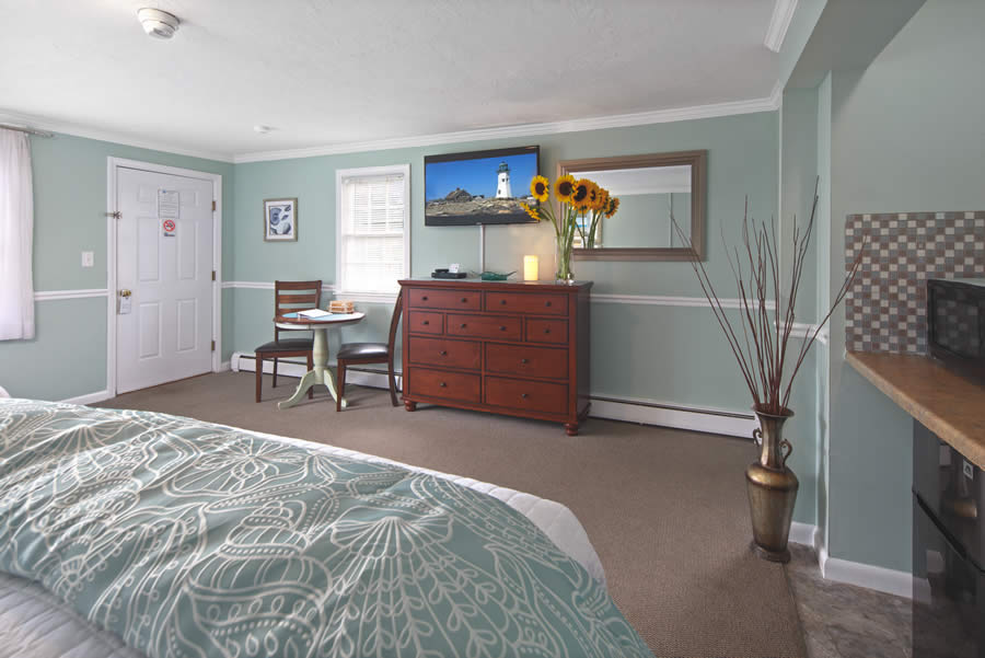 nantasket beach hotel 2-queen guest room with dresser and table