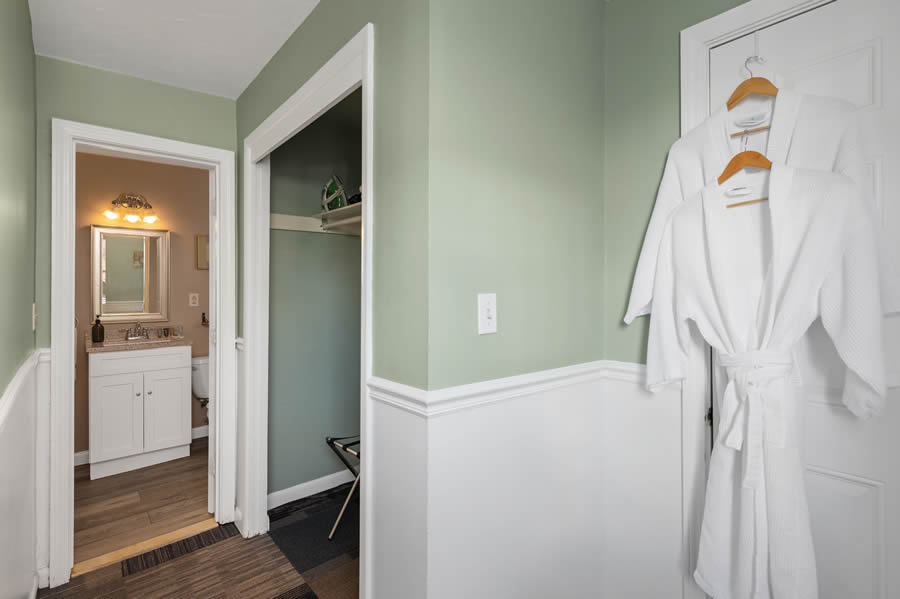 nantasket beach hotel 2-queen guest room bath